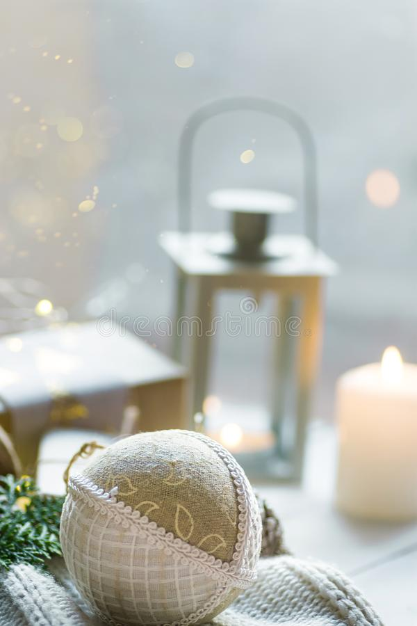 Manifesto della cartolina d'auguri del nuovo anno di Natale Contenitore di regalo in carta del mestiere legata con il maglione bi immagini stock