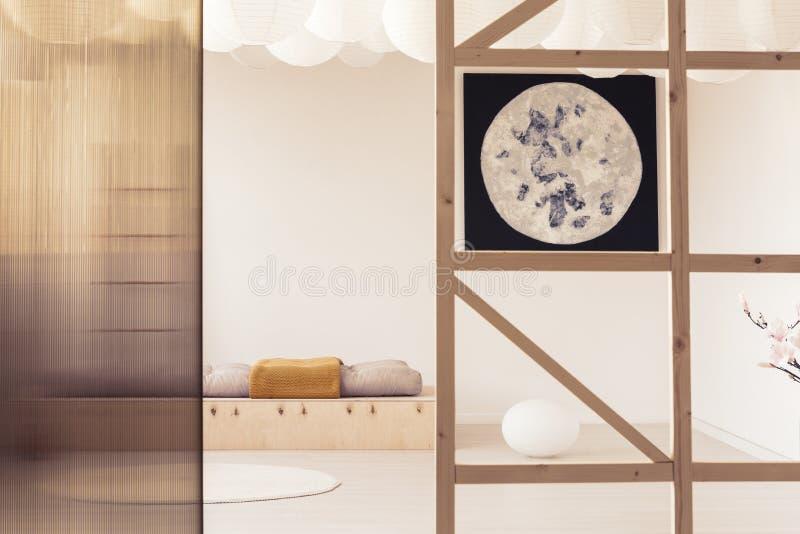 Manifesto e schermo nell'interno minimo bianco della camera da letto con i cuscini immagini stock