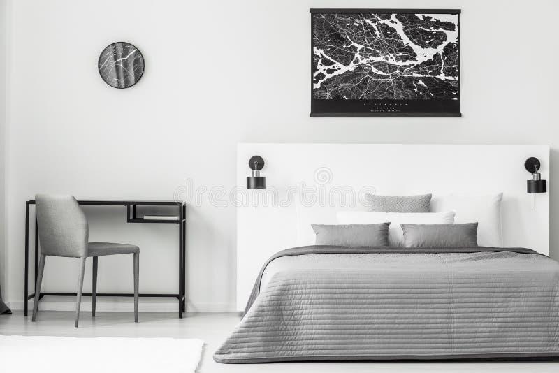 Manifesto nero nell'interno della camera da letto fotografie stock