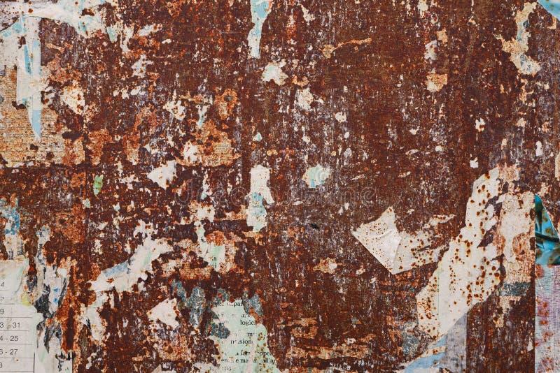 Manifesto strappato lerciume sullo strato arrugginito fotografie stock libere da diritti