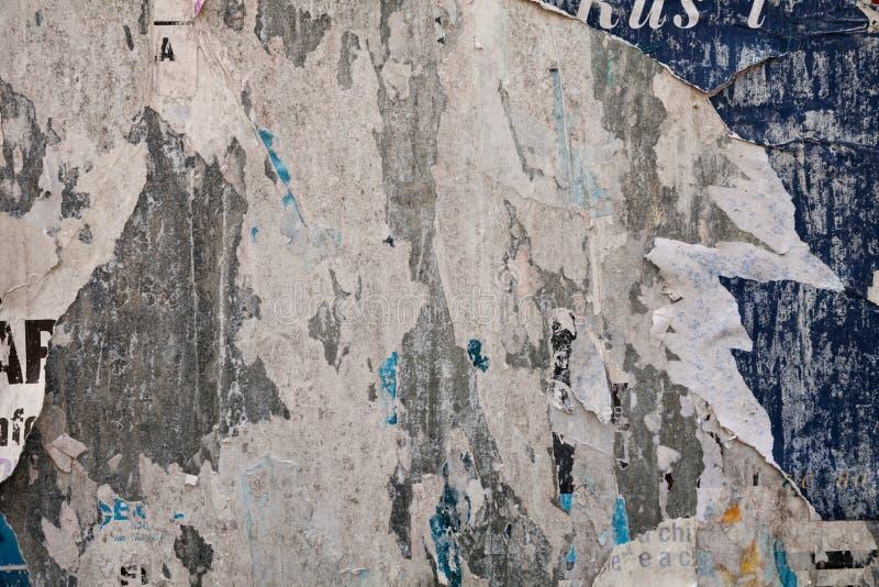 Manifesto strappato sulla lamiera sottile del tabellone per le affissioni immagini stock libere da diritti