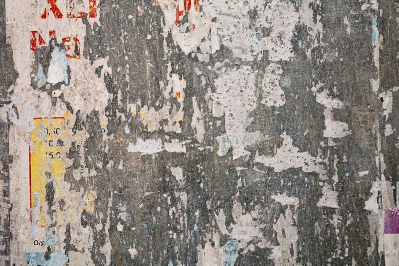 Manifesto strappato sulla lamiera sottile del tabellone per le affissioni immagine stock