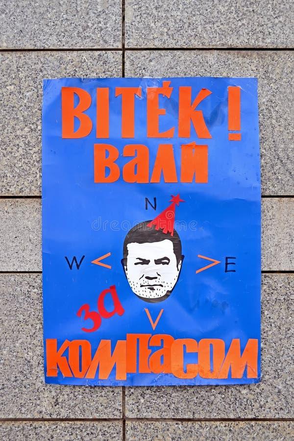 Manifesto sulla parete di pietra nel corso di euro riunione maidan a Kiev, Ucraina, fotografia stock libera da diritti