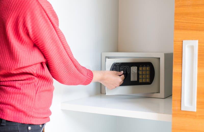 Maniglia aperta elettronica sicura a casa,Password segreta,Chiudi fotografia stock libera da diritti