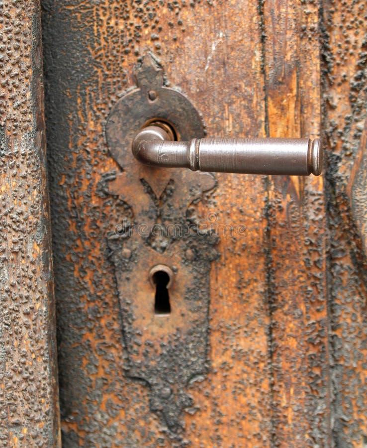 Maniglia arrugginita di vecchia porta di legno immagini stock