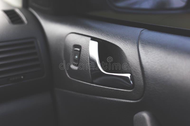 Maniglia che apre la porta di automobile Interiore dell'automobile immagine stock libera da diritti