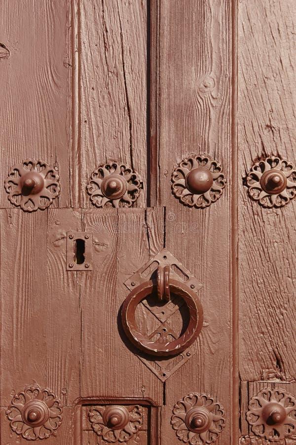 Maniglia della porta classica antica su una porta di legno dipinta marrone fotografie stock libere da diritti