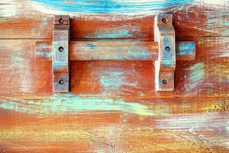 Maniglia di legno di un cassetto d'annata del petto fotografia stock libera da diritti