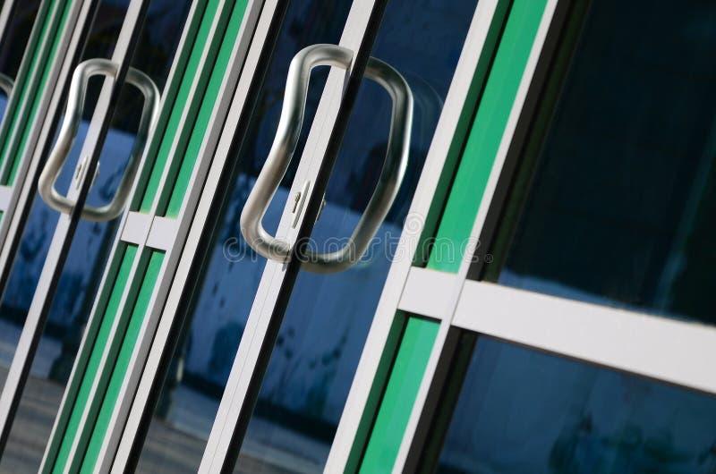 Maniglia di porta di Chrome e vetro della facciata di alluminio moderna dell'ufficio fotografie stock