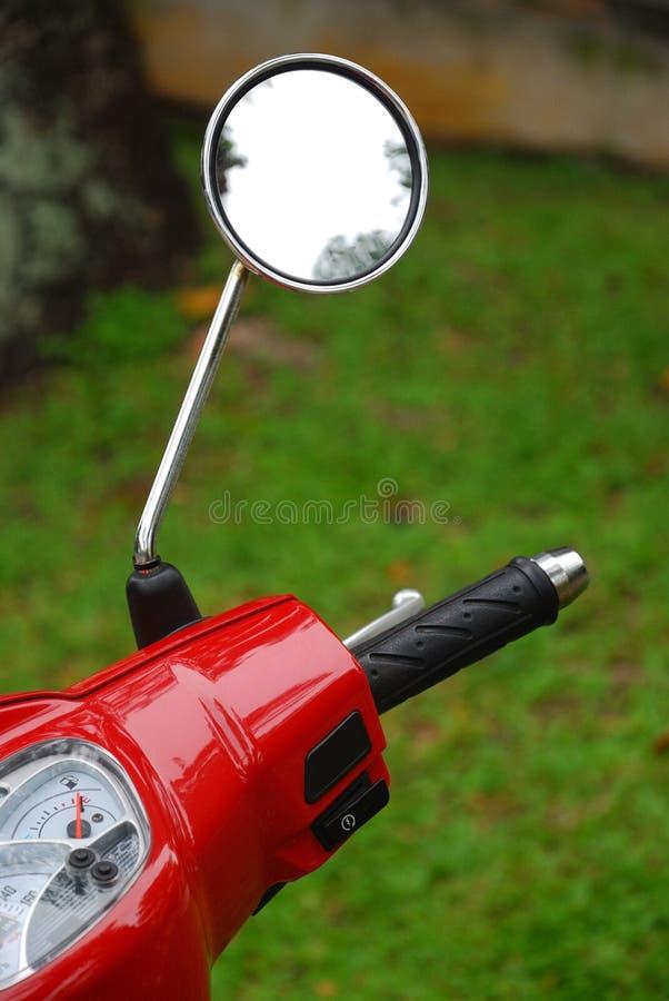 Maniglia e specchietto retrovisore del motorino fotografie stock libere da diritti