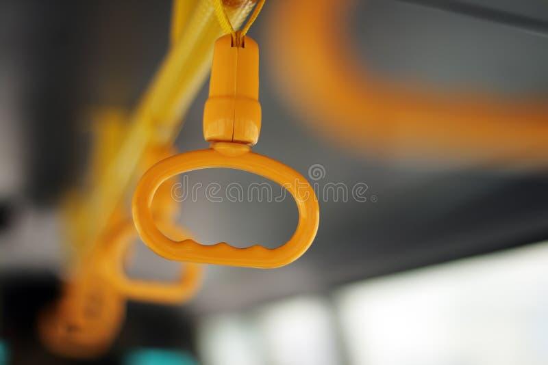 Maniglia gialla del bus fotografia stock
