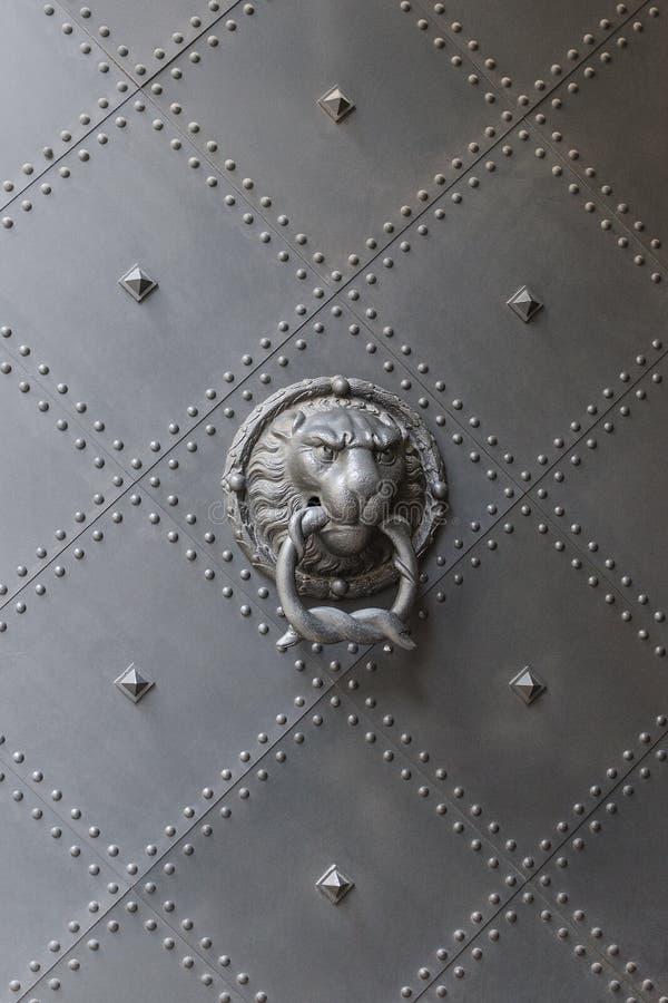 Manija antigua principal del golpeador de puerta del león imagen de archivo libre de regalías