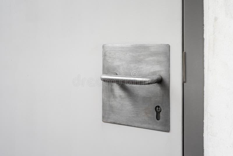 Manija de acero y llave con la puerta de acero en la ciudad fotografía de archivo