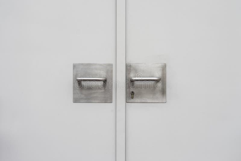 Manija de acero y llave con la puerta de acero en la ciudad fotografía de archivo libre de regalías