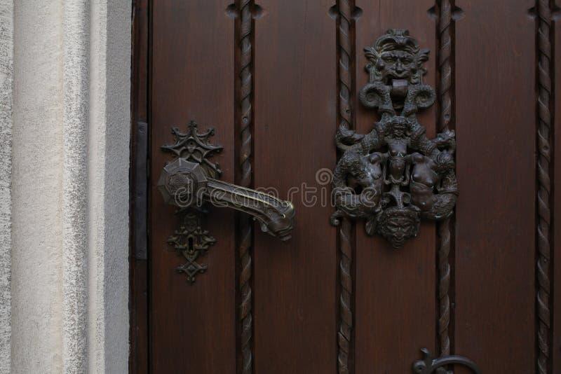 Manija del hierro del vintage de una puerta de madera marrón Espacio para el texto fotografía de archivo libre de regalías