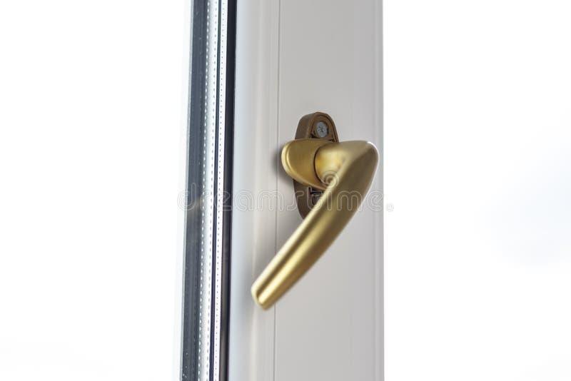 manija para abrir el marco en la ventana El color es oro cubierta del tornillo abierta imagenes de archivo