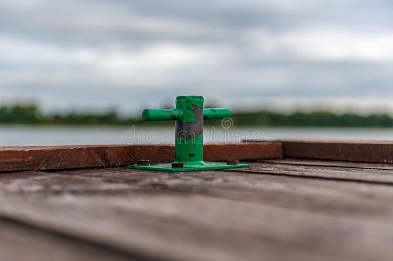 Manija verde del amarre en el embarcadero de madera viejo imágenes de archivo libres de regalías