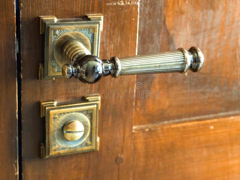 Manija vieja del metal en un primer de madera de la puerta imagen de archivo libre de regalías