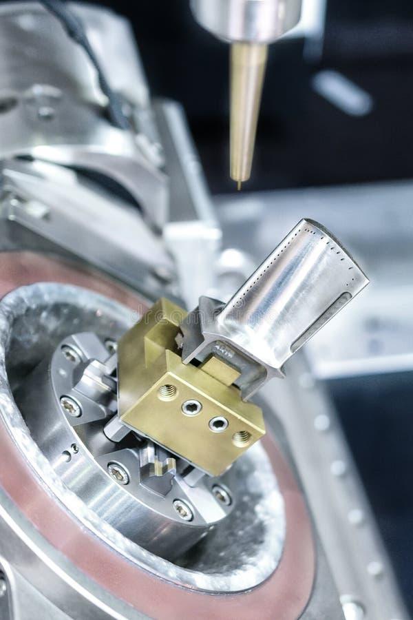 Manijas de la máquina de EDM en cuchilla de turbina fotografía de archivo libre de regalías