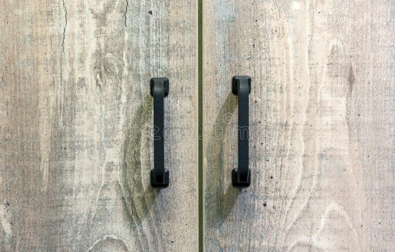 Manijas negras de los muebles en puertas de madera fondo para el diseño y la decoración imagen de archivo libre de regalías