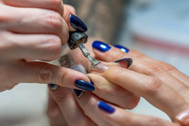 Manikürebehandlung am Nagelsalon lizenzfreie stockfotografie