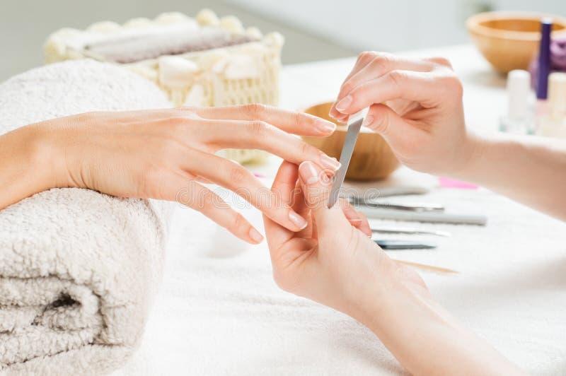 Manikürebehandlung am Nagelsalon lizenzfreies stockbild