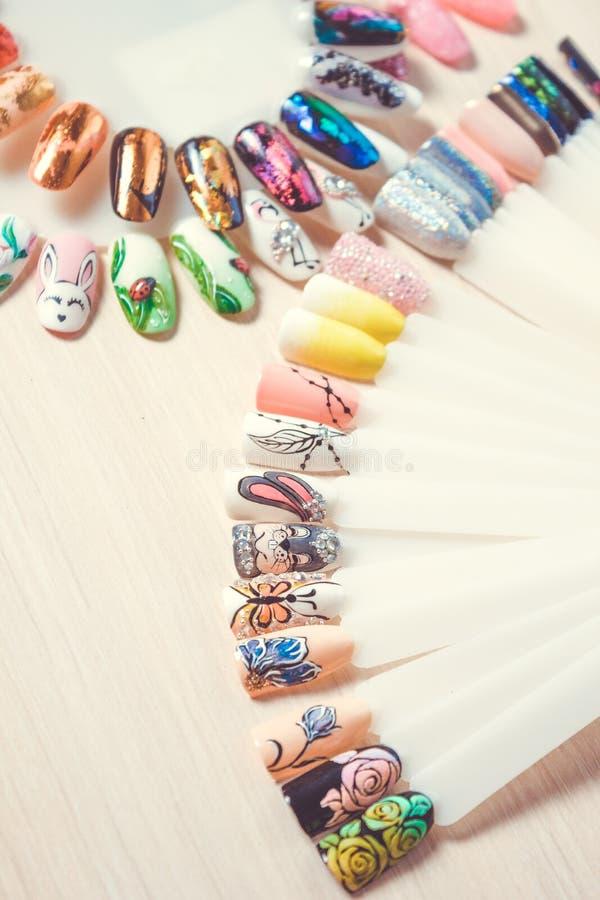 Manikürefarbpflücker Nageln Sie Proben, große Sammlung Fingernägel in der verschiedenen Farbe stockbilder