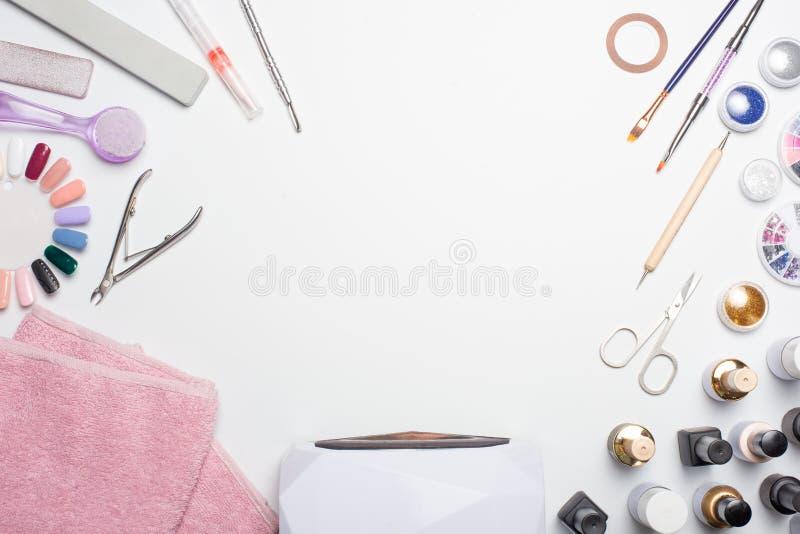 Maniküren Sie - Werkzeuge für die Schaffung, Gelpolituren, alle für die Behandlung von Nägeln, der Schönheitsbegriff, Sorgfalt Fa lizenzfreie stockfotografie