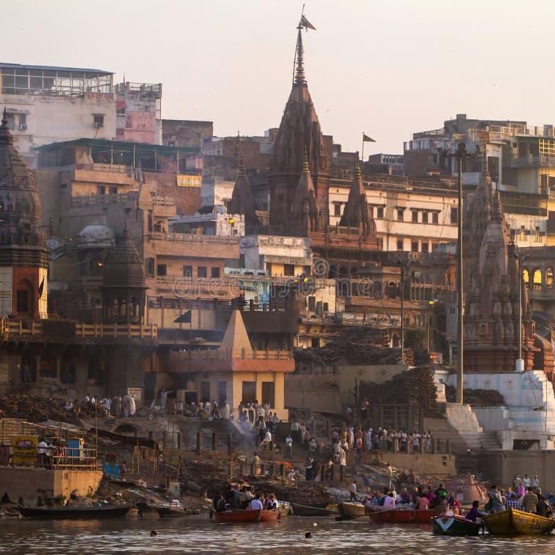 Manikarnika Ghat en los bancos del río Ganges imagen de archivo