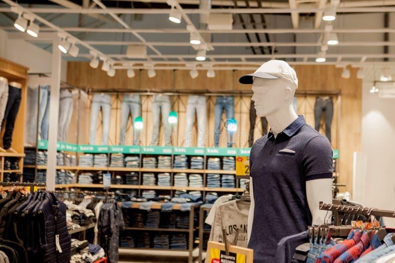 Maniken в футболки и шляпа Одежды ` s людей стильные Витрина, продажа, ходя по магазинам Концепция моды и покупок стоковое фото