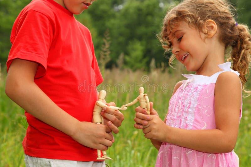 manikins брата играют сестру деревянную стоковое фото rf