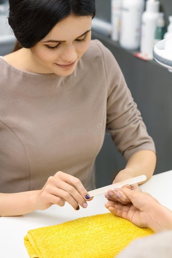 Manikyr på salongen arkivfoton