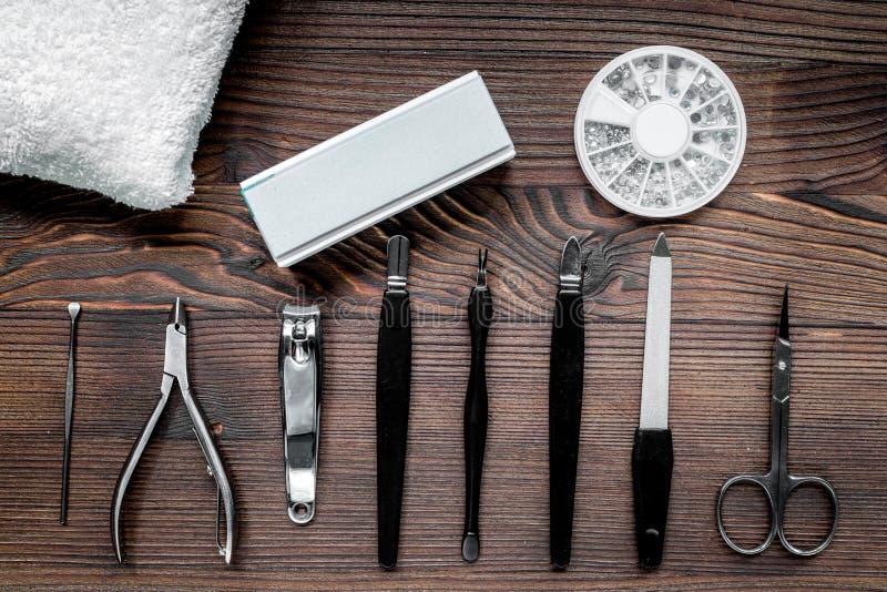 Manikyristarbete med manikyruppsättningen för händer att bry sig bästa sikt för träbakgrund royaltyfri bild