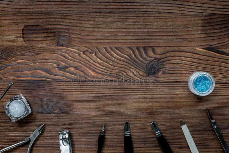 Manikyruppsättning för handbehandling på trämodell för bästa sikt för bakgrund royaltyfri foto