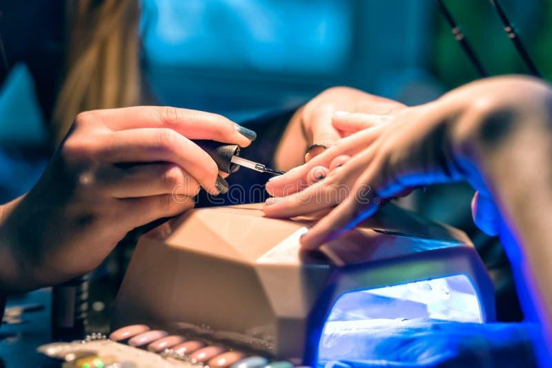 Manikyruppsättning i en skönhetsalong Härligt kvinnligt räcker fotografering för bildbyråer
