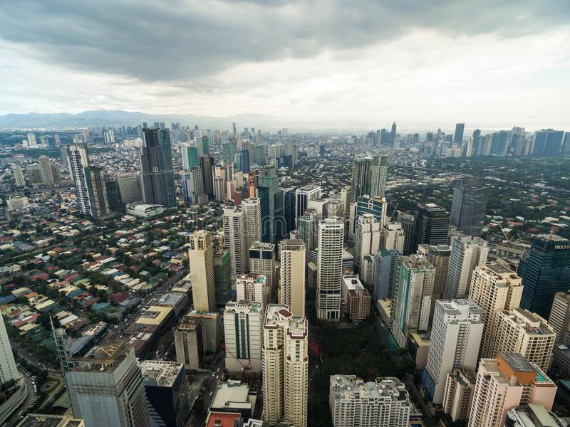 Manila Cityscape, Makati stad med affärsbyggnader och molnig himmel philippines Skyskrapor i bakgrund arkivfoto