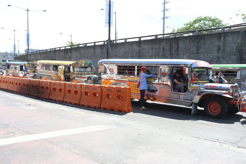MANILA - 17 DE MAIO: jeepneys coloridos conhecidos para seu seati aglomerado fotos de stock