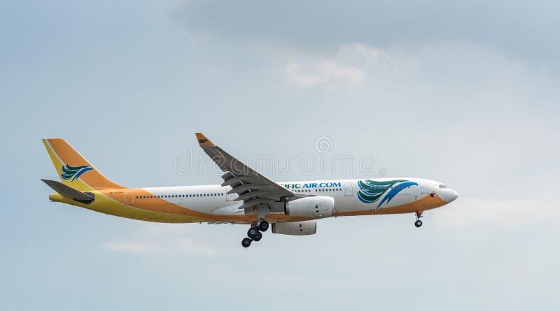 MANILA, FILIPINAS - 2 DE FEVEREIRO DE 2018: Aterrissagem de Airbus A330 RP-C3344 das linhas aéreas de Cebu Pacific no aeroporto i fotos de stock