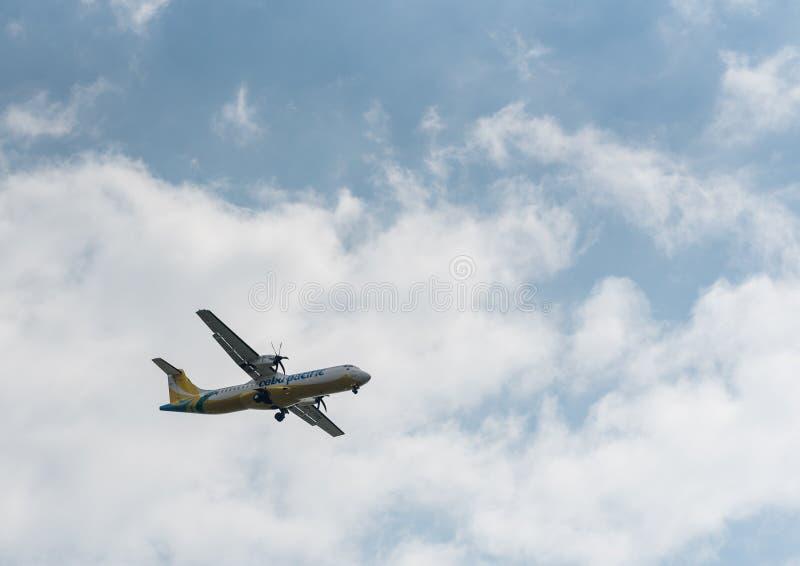 MANILA, FILIPINAS - 2 DE FEVEREIRO DE 2018: Aterrissagem RP-C7286 do ATR 72 das linhas aéreas de Cebu Pacific no aeroporto intern fotografia de stock royalty free