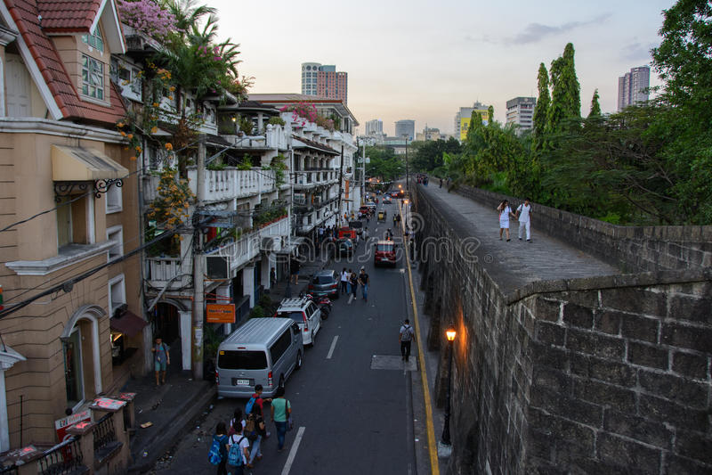 Manila, Filipinas - 7 de marzo de 2016: vista de la calle Muralla de las paredes de intramuros en Manila foto de archivo