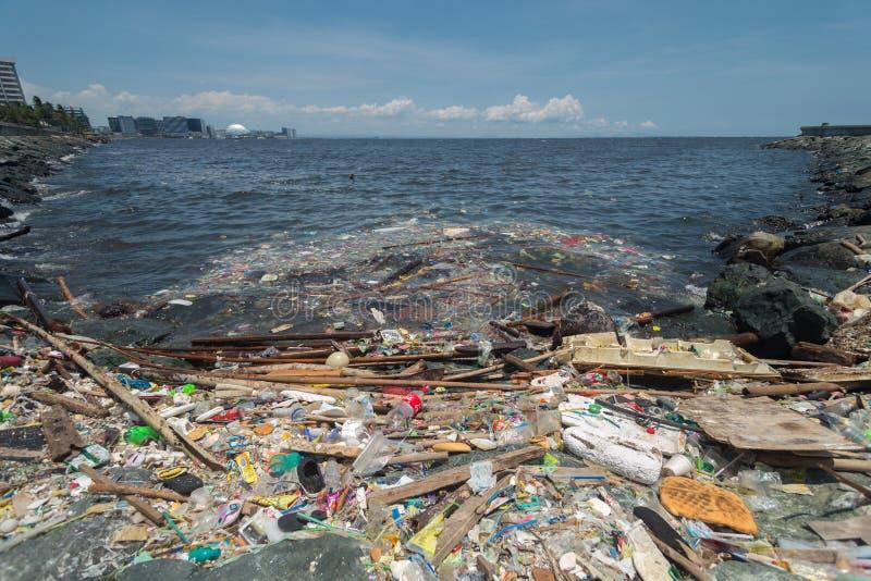 Manila, Filipinas - maio, 18, 2019: Poluição plástica do oceano na costa da baía de Manila fotos de stock