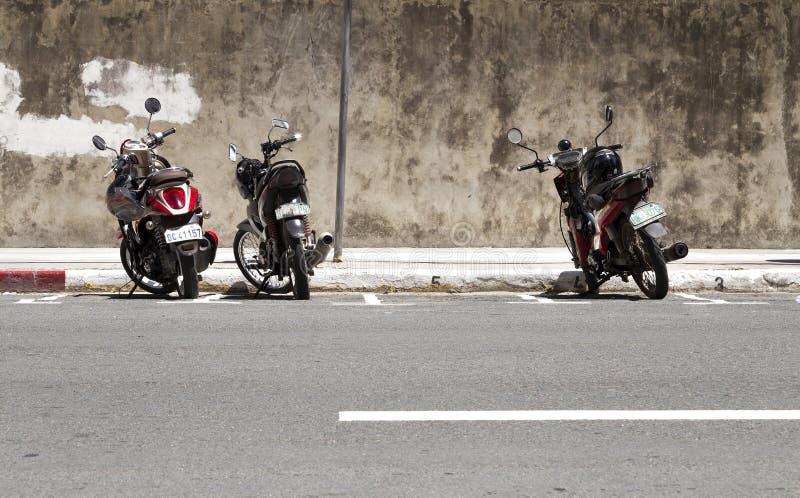 Manila Filipiny, Czerwiec, - 13, 2016: Parkujący motocykle na stronie droga zdjęcie royalty free
