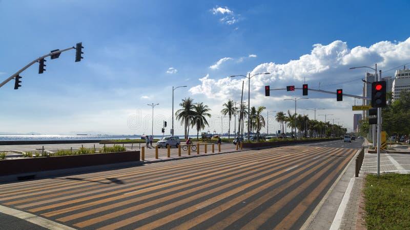 Manila Filippinerna - April 21, 2016: Roxas Blvd, sjösidaväg av Manila royaltyfri fotografi