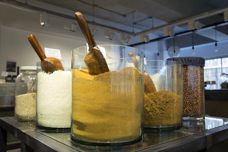 Manila Filippinerna - Augusti, 4, 2016: En hylla i shoppar med färgrika naturliga kryddor och pulver i exponeringsglaskrus på skä fotografering för bildbyråer
