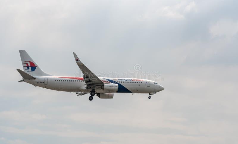 MANILA FILIPPINERNA - FEBRUARI 02, 2018: Malaysia Airlines Boeing 737 landning 9M-MLM i Manila den internationella flygplatsen royaltyfria bilder