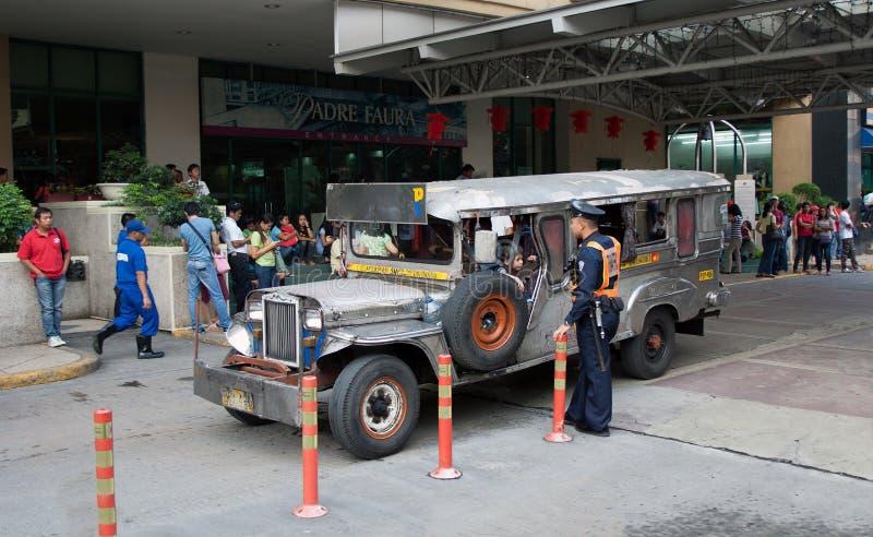 MANILA FILIPPINERNA - JANUARI 19, 2012: En polis som talar till a royaltyfri bild