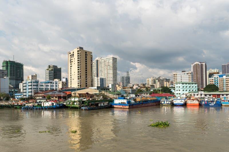 MANILA FILIPPINERNA - JANUARI 18, 2018: Pasig flod i Manila, Filippinerna arkivfoto