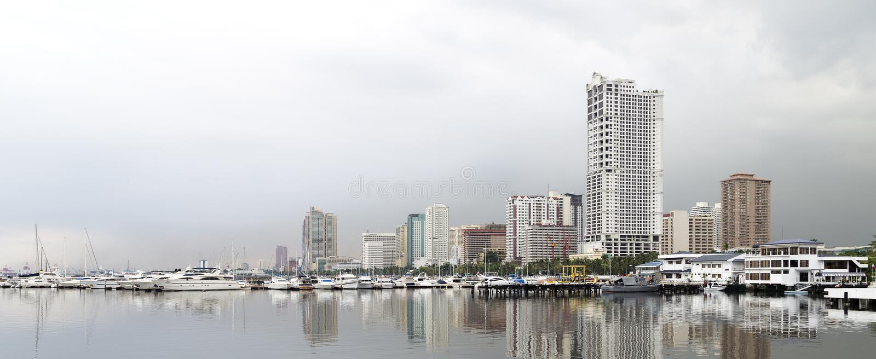 Manila fjärd, hamnfyrkant på en dyster regnig dag arkivbild
