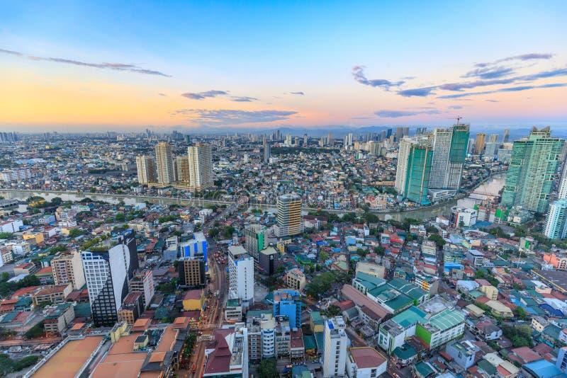 Manila horisont Nattsikt av Makati, affärsområdet av tunnelbanan Manila royaltyfria bilder