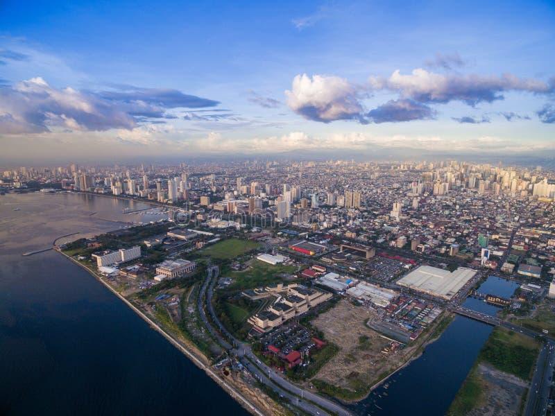 Manila pejzaż miejski, Filipiny Podpalany miasto, Pasay teren Drapacze chmur w tle zdjęcie stock